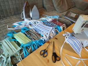 Učitelé bíloveckého gymnázia vyučují online a šijí stovky roušek